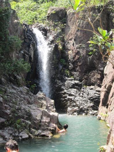 何Sir正緩緩游過小狹谷,向宏偉的獨秀瀑進發。