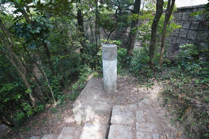 我們在路邊發現其餘三個廢棄的舊測量站,一個山頂五支「標」,都可以說是奇觀。(其一)