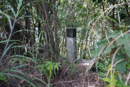 我們在路邊發現其餘三個廢棄的舊測量站,一個山頂五支「標」,都可以說是奇觀。(其二)
